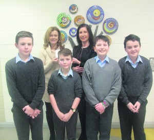 Anita Savage, Manager, Kilmallock Credit Union presenting cheque to Siobhan O'Flynn, Principal, Scoil Fhionáin with the winning team